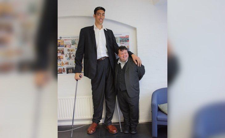 Kösen junto a un hombre de estatura normal