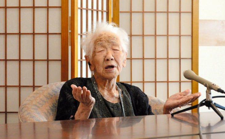 Tanaka charla animadamente a pesar de su avanzada edad