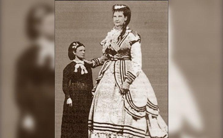 La madre del bebé, Anna Bates al lado de una mujer de estatura estándar