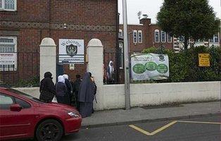 Una escuela musulmana no permite comer a las niñas hasta que terminen los niños
