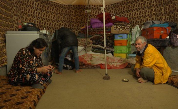Hiyam, junto a su padre en el campo de refugiados que les ofrece cobijo