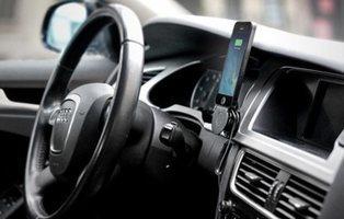 La razón por la que no deberías cargar el móvil con el USB del coche