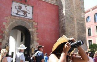 """Un hombre orina sobre unos turistas al grito de """"Alá es grande"""" en el Alcázar de Sevilla"""
