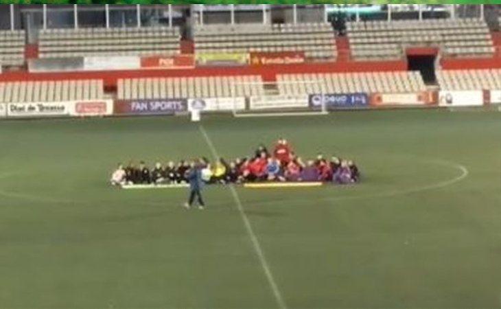 Sentada de las jugadoras de ambos equipos en contra de los insultos machistas recibidos