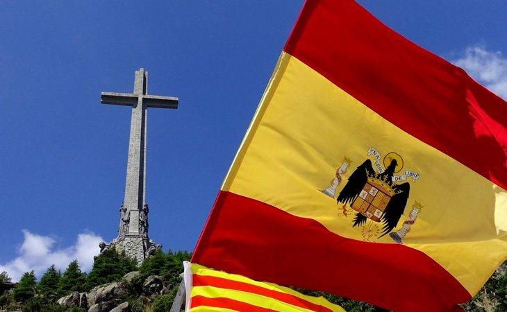 Bandera franquista frente al Valle de los Caídos en 2018