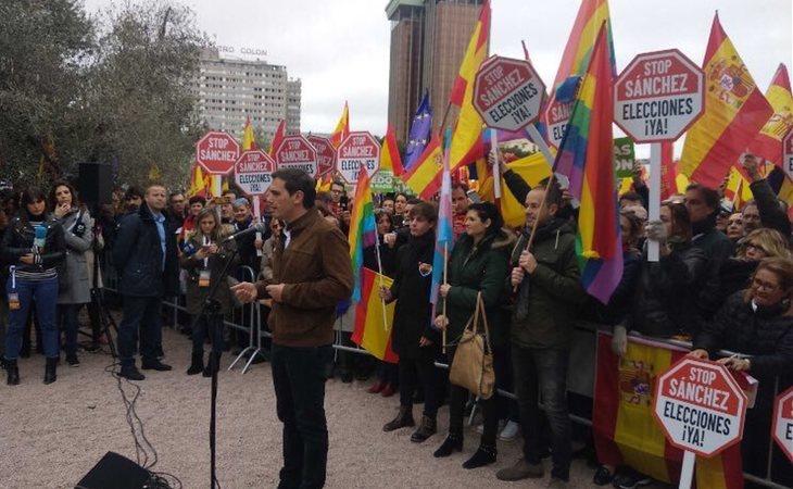 Albert Rivera durante su discurso frente a banderas LGTB