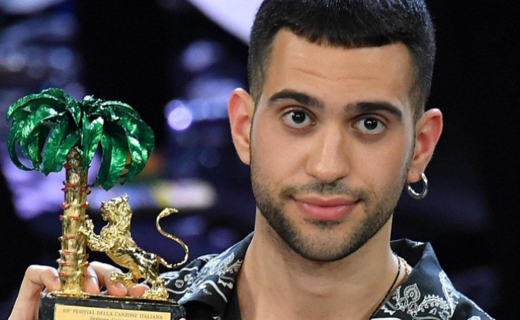 Mahmood luciendo su León de Oro