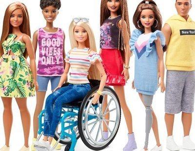 Barbie presenta una muñeca en silla de ruedas y otra con prótesis en una pierna