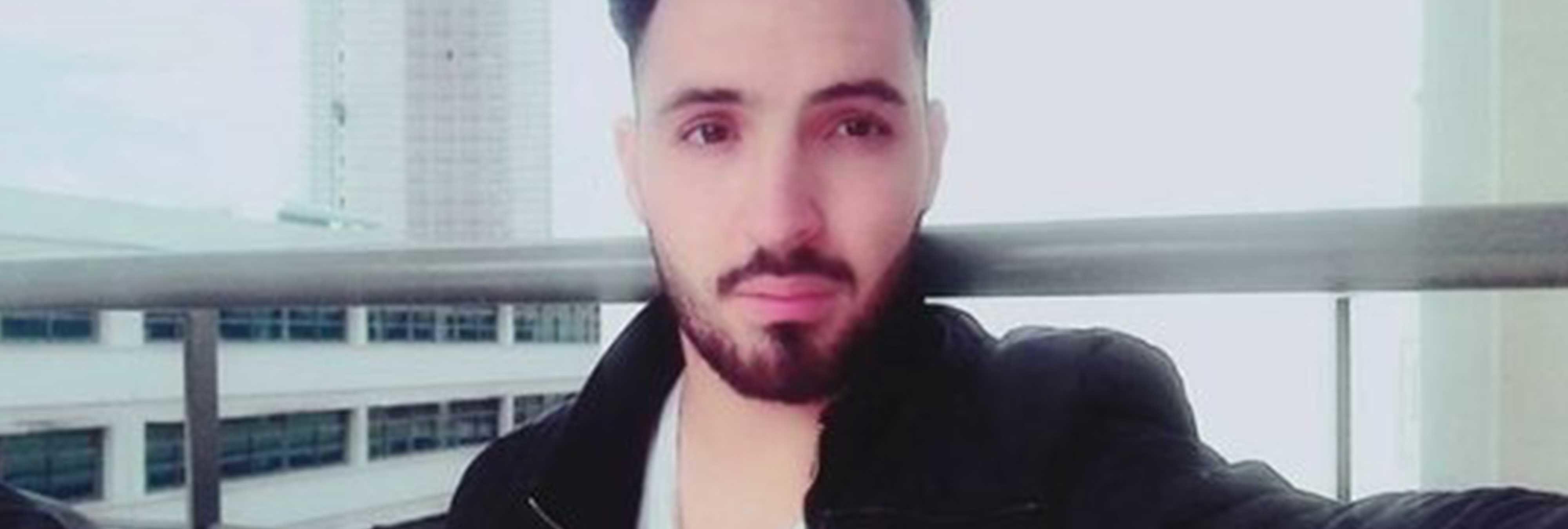 """Asesinan a un estudiante argelino y escriben en la pared """"Es gay"""" con su sangre"""