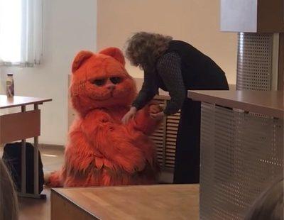 Un alumno aprueba 'de por vida' por acudir a clase vestido del gato Garfield