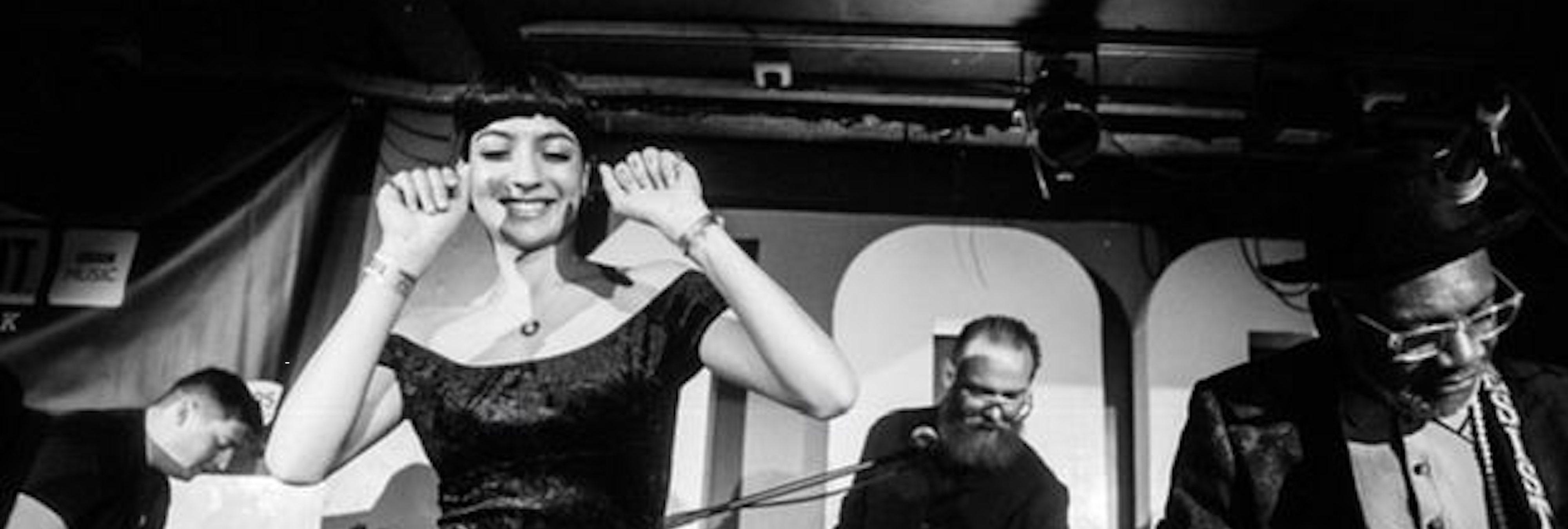 Saffiyah Khan: de icono antirracista a cantante del grupo The Specials