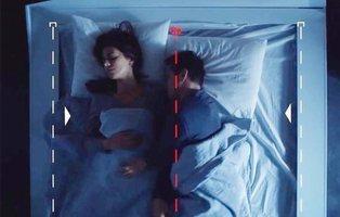 Inventan la cama inteligente para que tu pareja no te robe el espacio