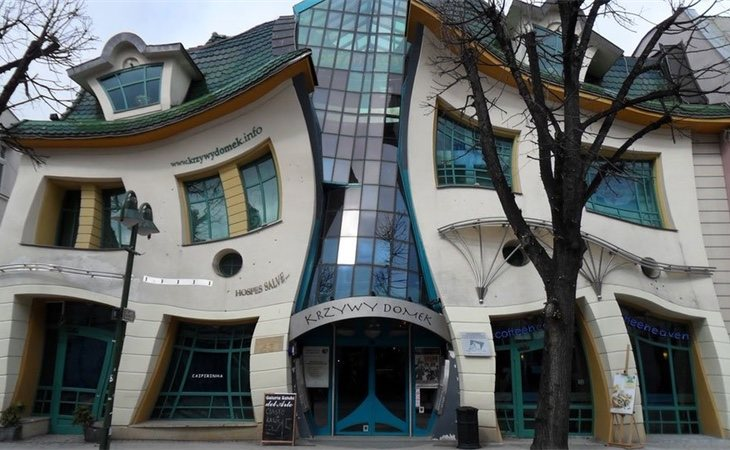 'The Crooked House' de los arquitectos Szotyscy & Zaleski