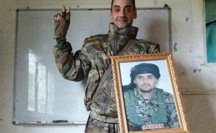 Joaquín posando con un retrato del fallecido Samuel Prada | El Español