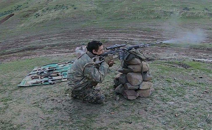 Joaquín entrenando puntería en un campo de tiro kurdo | El Español