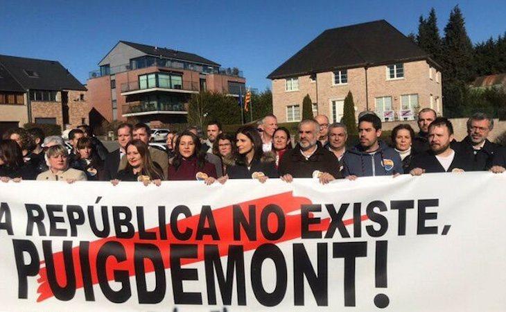 Inés Arrimadas, ante la casa de Puigdemont en Waterloo, el 24 de febrero de 2018 | El Diario