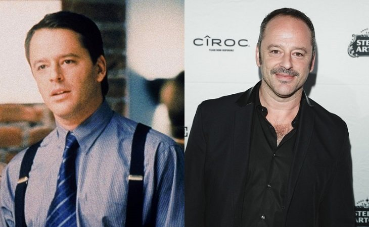 Gil Bellows como Billy Allen Thomas (izq.) y en la actualidad (der.)
