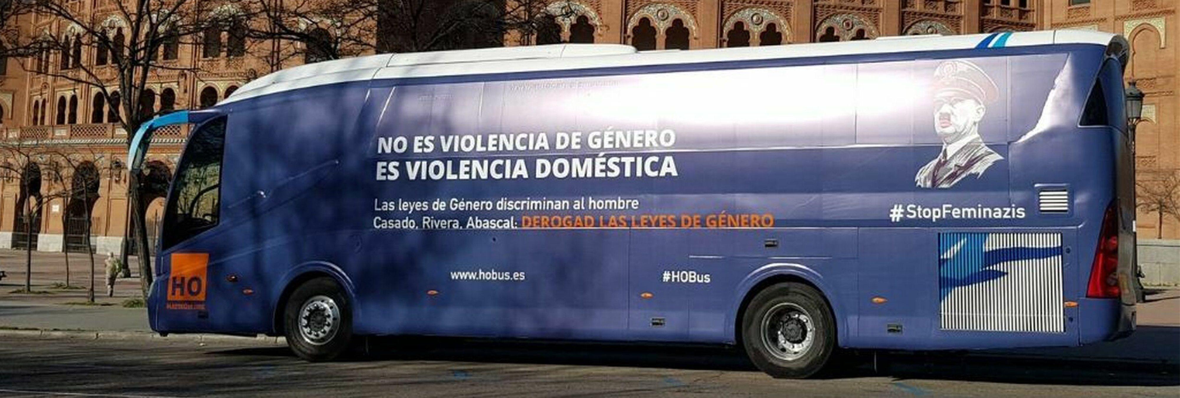Hazte Oír lanza un autobús anti feminista con la cara de Hitler