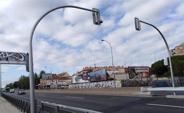 Dos de los semáforos colocados por el Ayuntamiento para convertir la zona en una vía urbana