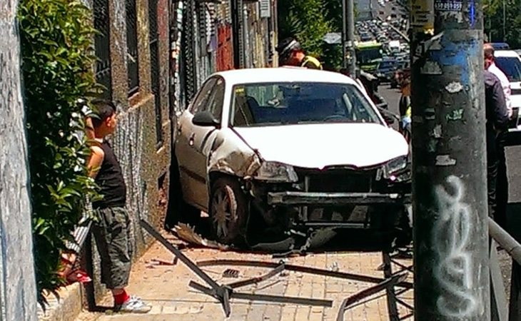 Un vehículo empotrado ante una vivienda tras salir de la autovía