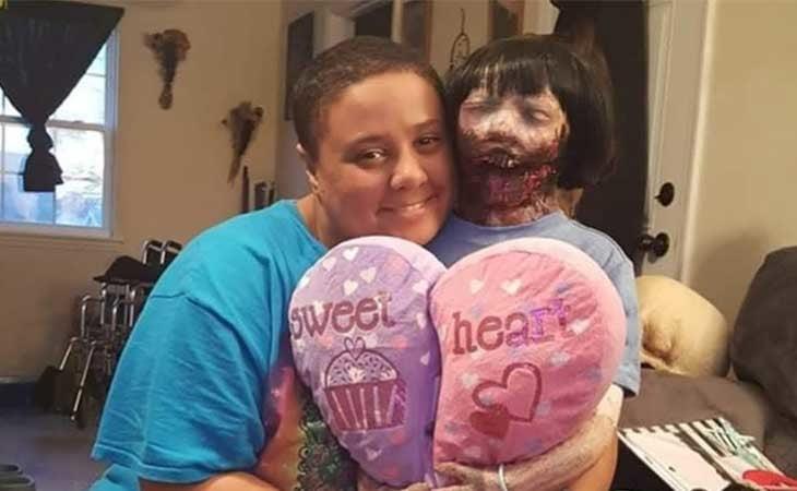 Felicity y su muñeca zombie