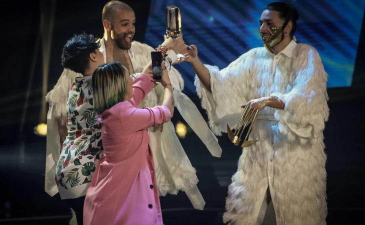 Cláudia Pascoal e Isaura entregan a Conan Osíris el trofeo
