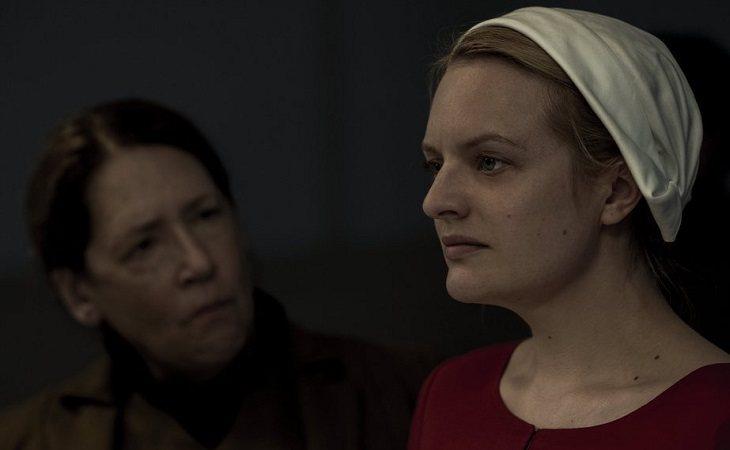 Elisabeth Moss como Offred en 'El cuento de la criada'