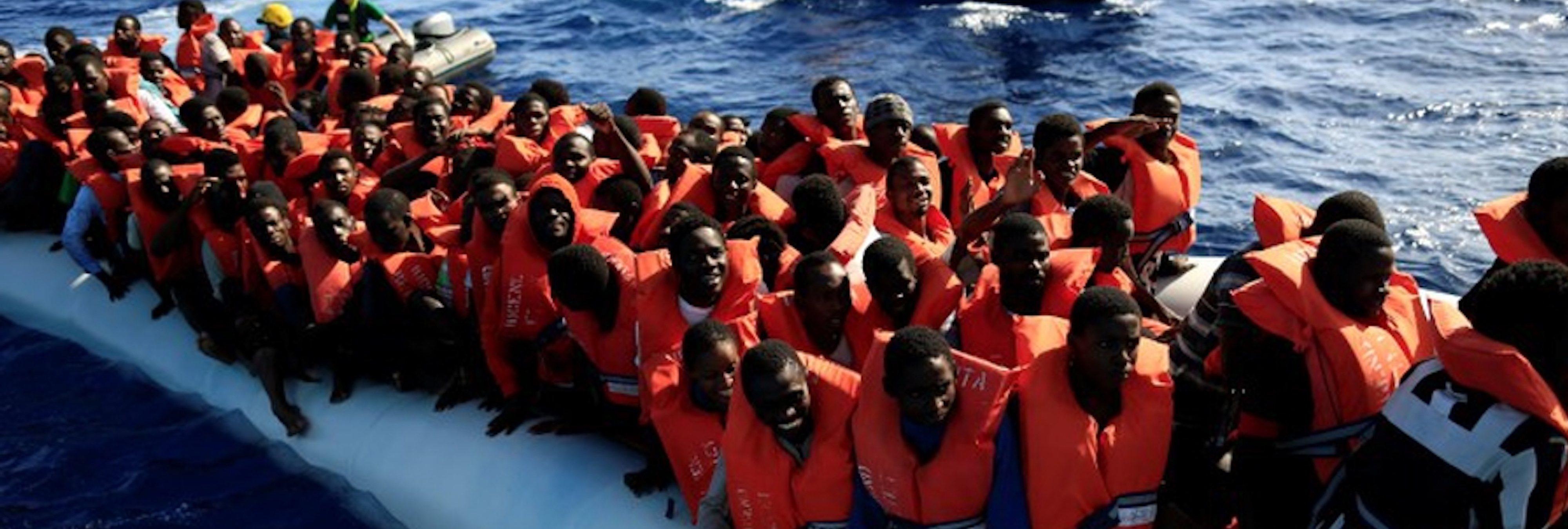 Piden 20 años de cárcel para un bombero por rescatar inmigrantes en el Mediterráneo