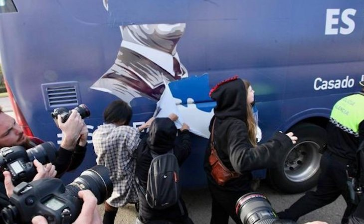 Un grupo de jóvenes arrancó parte de los vinilos del autobús - Las Provincias