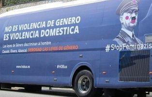 Así ha quedado el autobús misógino de Hazte Oír tras arrancarle el vinilo en Valencia