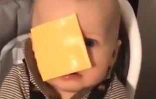 #CheesedChallenge, el absurdo reto viral de lanzar un tranchete a la cara de un bebé