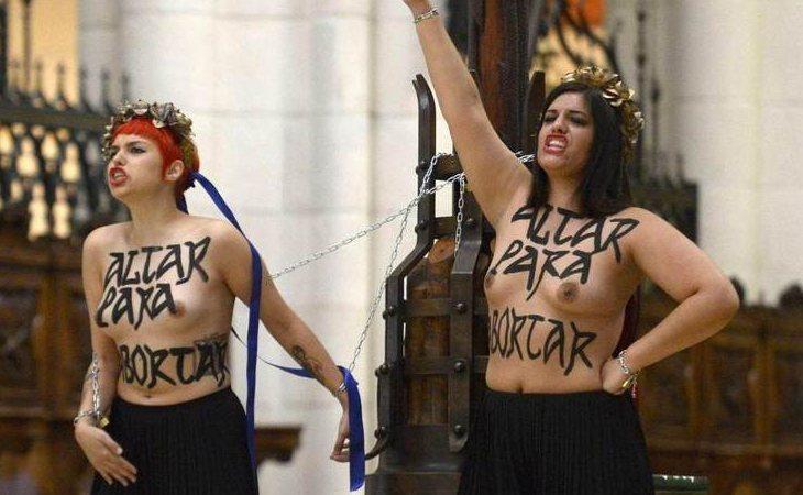 Las activistas de Femen durante su protesta en La Almudena