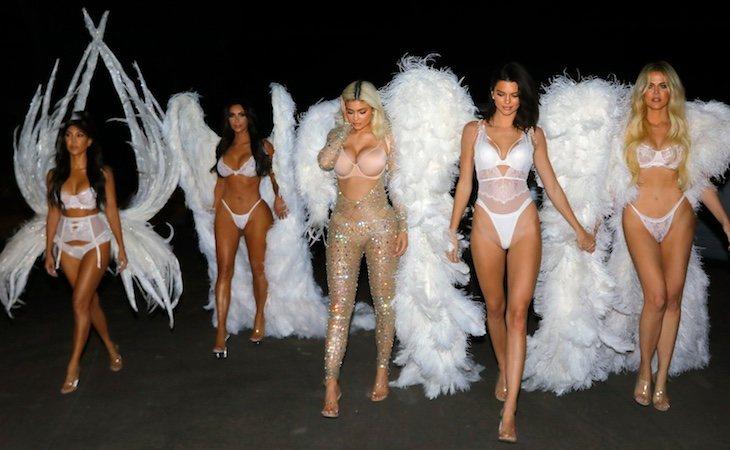 Kylie Jenner, en el centro, acompañada de sus hermanas como modelos en Los Ángeles