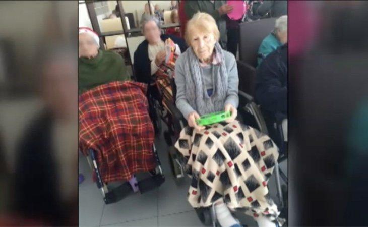 Una de las ancianas estafadas, en su residencia
