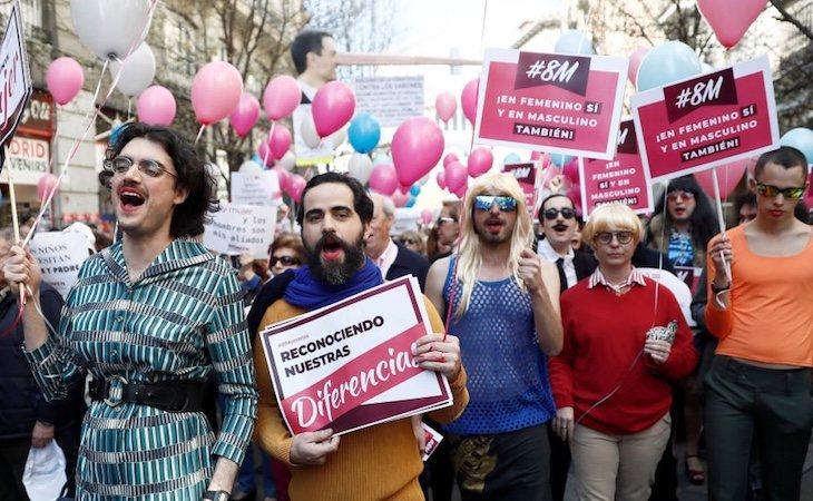 Manifestantes en la concentración con carteles y globos