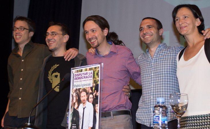 Pablo Iglesias, en el centro, junto a Íñigo Errejón, Juan Carlos Monedero, Luis Alegre y Carolina Bescansa