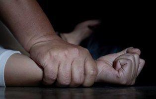 Una mujer mata a su marido de 185 puñadas tras encontrarle violando a su hija