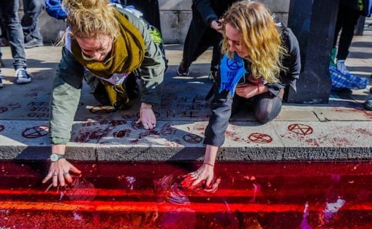 Activistas de Extinction Rebellion protestaron soltando 200 litros de sangre falsa por la calle