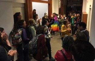 40 mujeres obligan a pedir perdón a un homófobo que insultó a una pareja de lesbianas