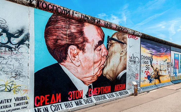 Los turistas suelen hacerse fotos en el famoso Muro de Berlín