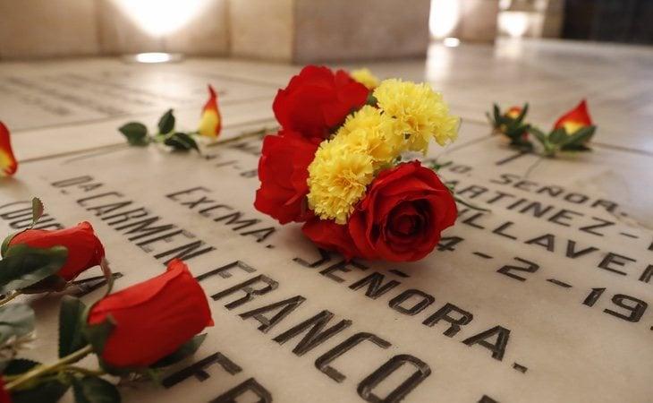 Tumba del dictador decorada con flores en el Valle de los Caídos