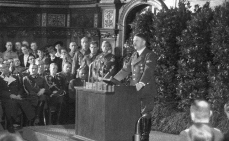 Ademas de gritar, Hitler tambien hacia leyes