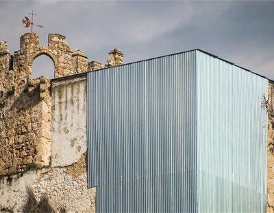 """""""Restauran"""" un castillo jerezano del siglo XIV con una chapa metálica"""
