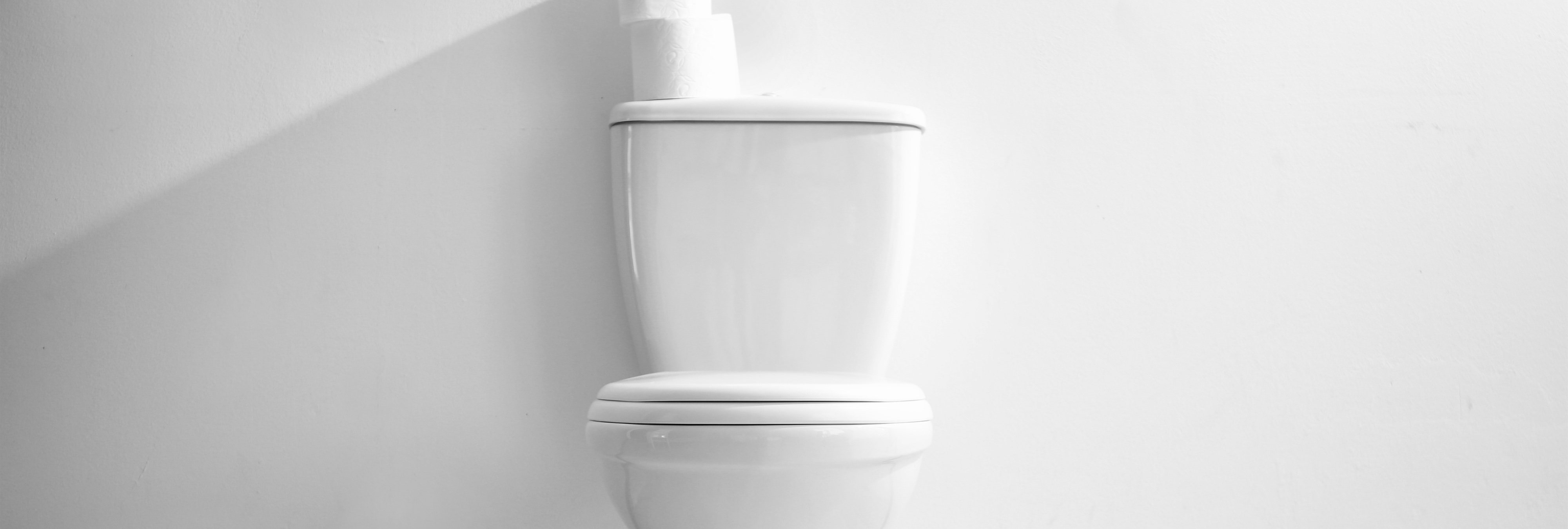 Termina paseándose con una taza del WC pegada al culo tras la macabra broma de sus amigos