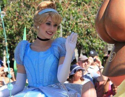 Unos padres buscan a una niñera que cuide de sus hijos disfrazada de princesa Disney