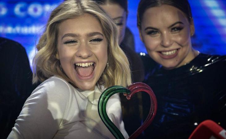 Zena junto al trofeo del Eurosong