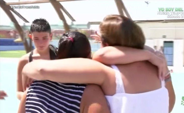 La madre del chico trans y sus defensoras se funden en un emotivo abrazo