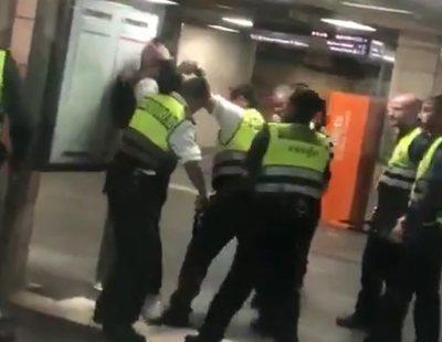 Un grupo de vigilantes de Renfe propina una brutal paliza a un joven negro