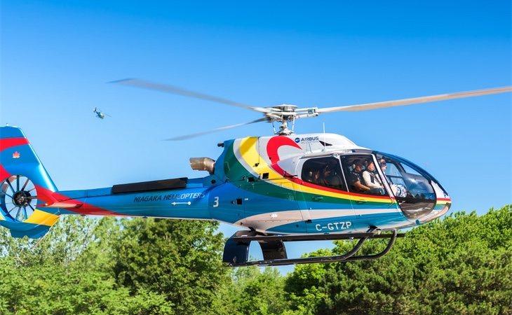 Un helocóptero suspendido en el aire