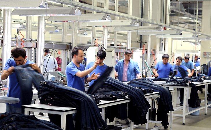 Trabajadores en una fabrica textil